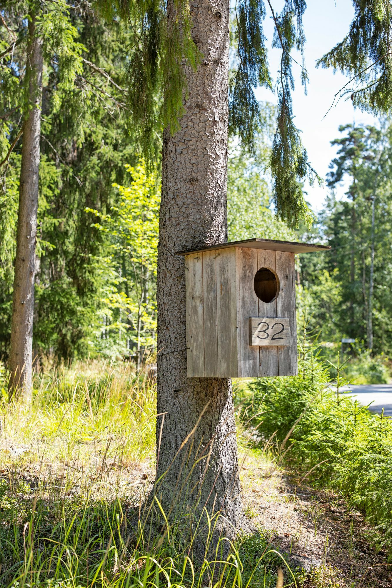 The roadside apron's owl bowl serves as a landmark so that customers picking up the bowls can turn to the workshop.