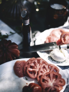 Kesälounas, tomaatti-mozzarellasalaatti