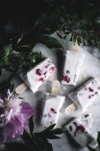 Kookos-mansikka-jäätelöpuikot
