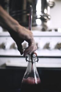 Itse valmistettu perinteinen viinimarjamehu
