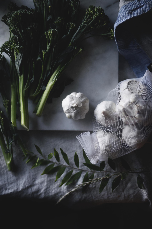 Simppeli maustettu broccolini valkosipulilla