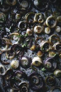 Karamellisoidut sipulirenkaat