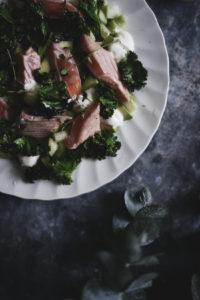 Lohipastramisalaatti ja marinoituja kurkkuja