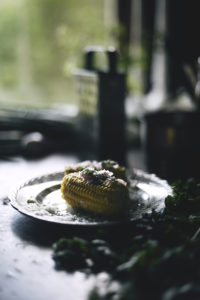 Keitetty tuore maissi persiljalla ja juustolla