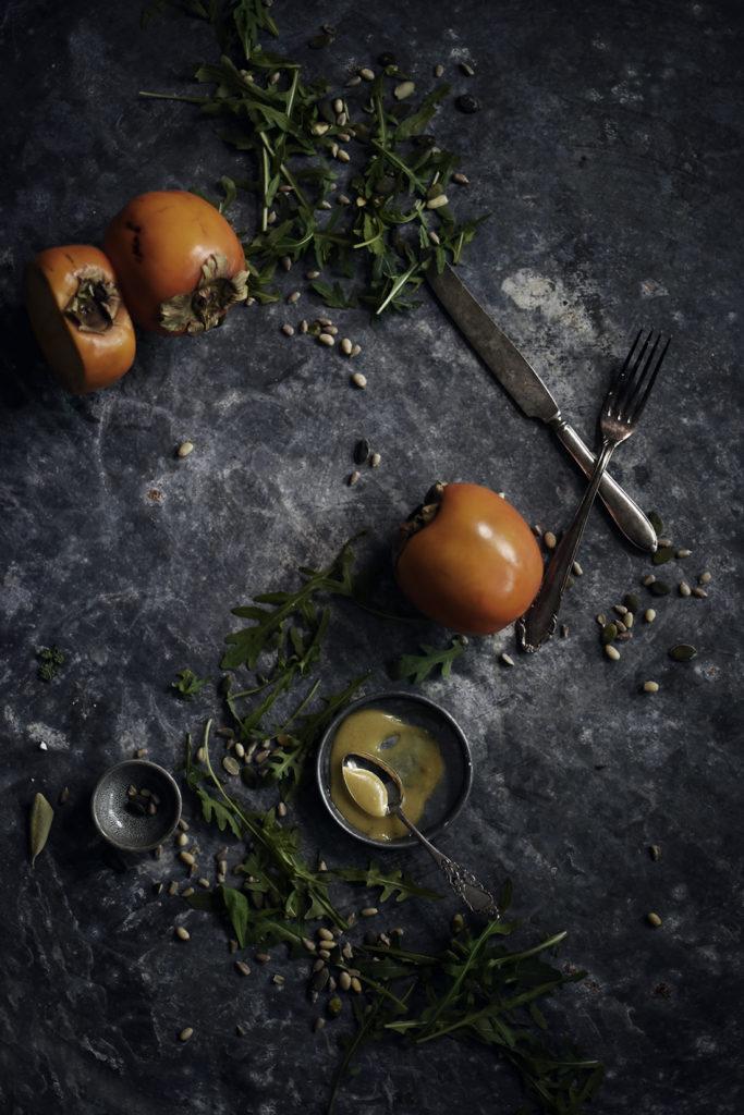 Raikas persimonsalaatti fetalla ja rucolalla