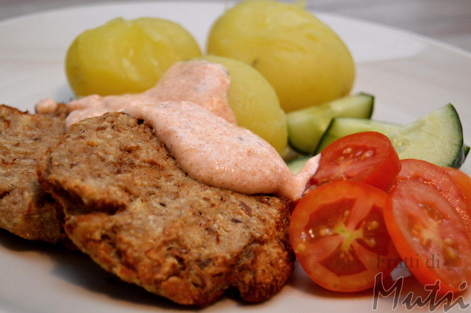 Tonnikalapihvit, perunaa, kasviksia ja dippikastiketta.