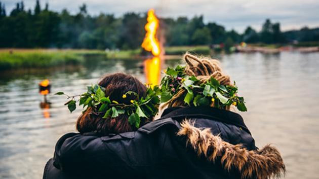 Pari katselemassa juhannuskokkoa Helsingissä