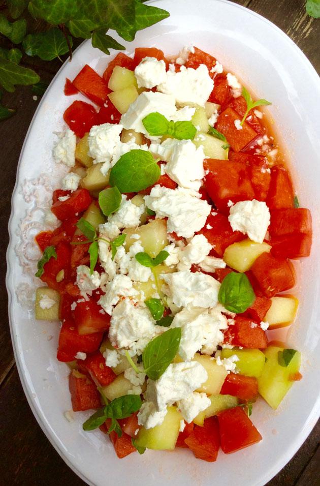 Meloni-fetasalaattia lautasella
