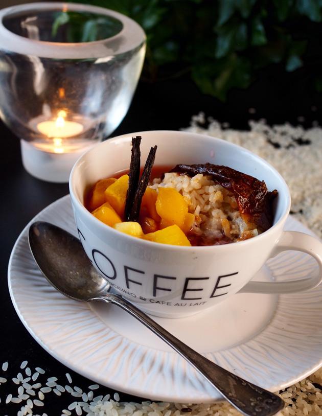 Uunipuuroa riisistä mangon ja mehukeiton kera