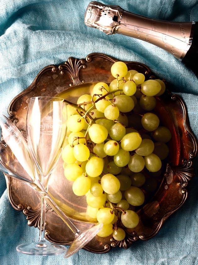 Kuohuviiniä ja viinirypäleitä