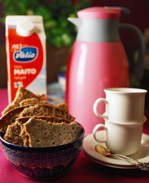 Ruisleipää, maitoa ja kahvia