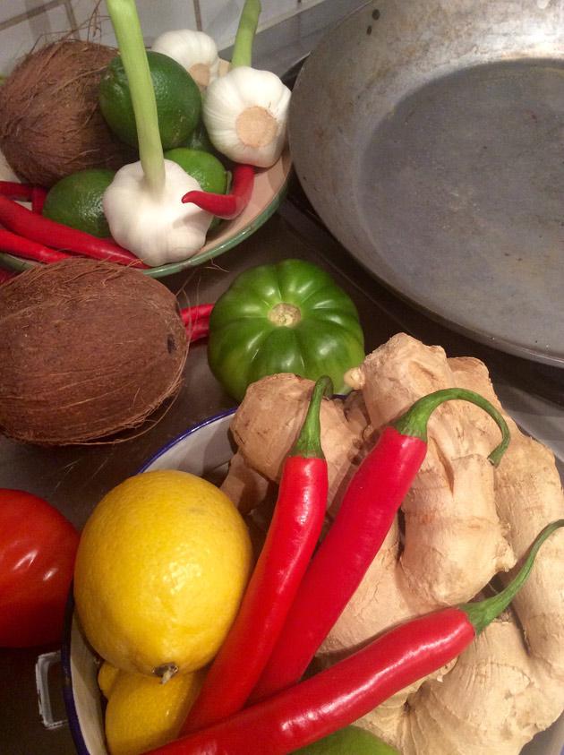 Chiliä, inkivääriä, valkosipulia, kookosta ja sitruunaa