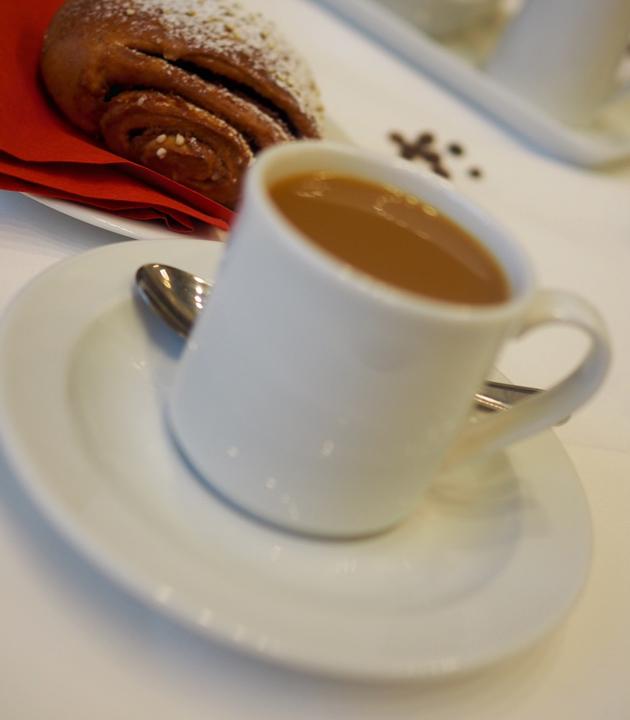 Kupillinen kahvia ja korvapuusti
