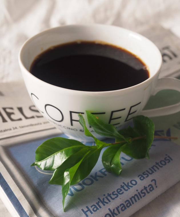 Kupillinen kahvia ja sanomalehti