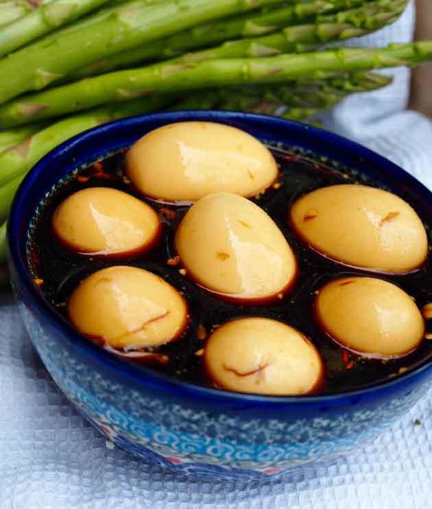 Momofuku munat marinadissa