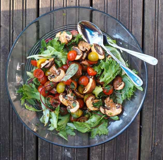 Salaatti pikkielöidyistä tomaateista ja herkkusienistä