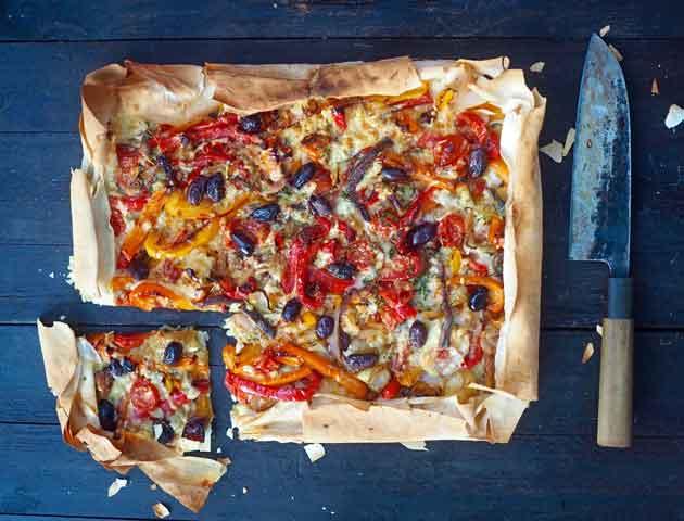 Fillotaikinaan leivottu kasvispitoinen piirakka