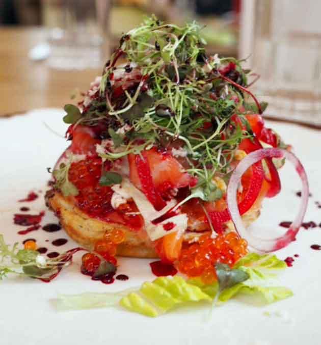 Tallinalainen ravintola Mon Repos tarjoaa blinin näin.