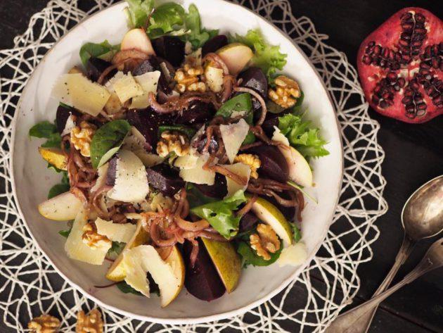 Marinoitu sipuli maustaa punajuurisalaatin