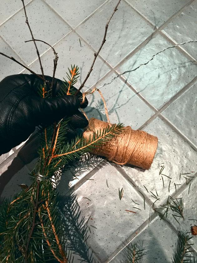 Nopea ja helppo diy joulukranssi rautalangasta ja havuista.