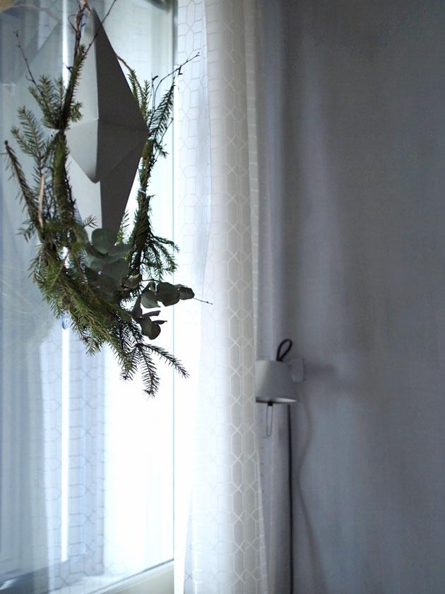 opea ja helppo diy joulukranssi rautalangasta ja havuista.