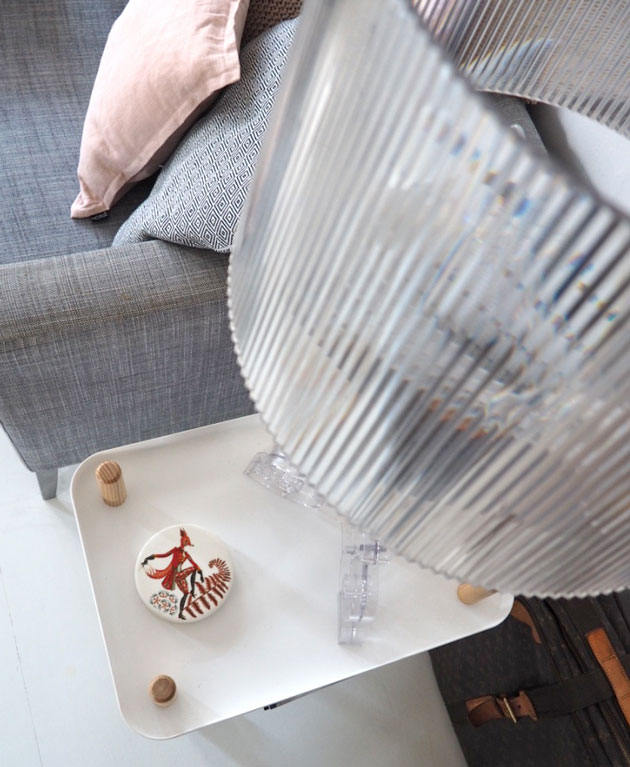 olohuoneen sivupöytänä Normann Copenhagenin Block -tarjoiluvaunu