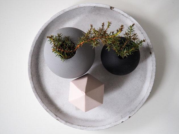 Asetelma olohuoneen pöydällä, cooee designin maljakoista.