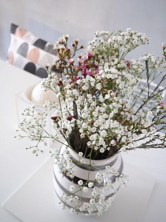 kevätkukkia ruokapöydällä