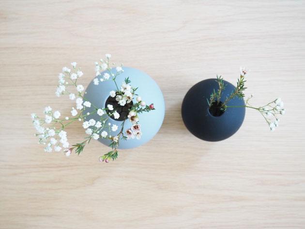olohuoneessa yksinkertainen kukka-asetelma by lassenin sohvapöydällä