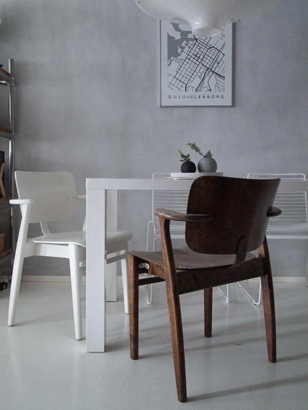ruokailuryhmänä Ilmari Tapiovaaran Domus -tuolit