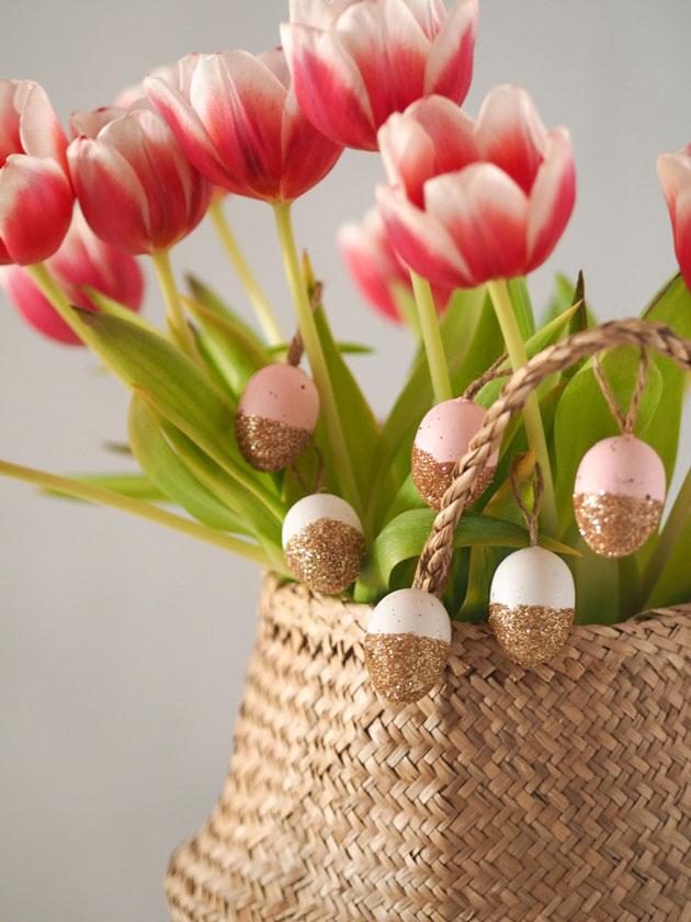 helppo diy-vinkki pääsiäiseen: tuunaa helposti söpöt kimalle pääsiäismunat