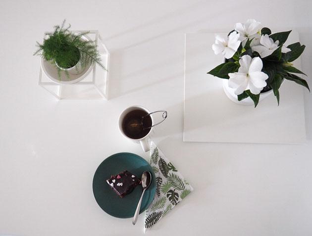 sisusta viherkasveilla ja kukilla myös ruokailutilassa