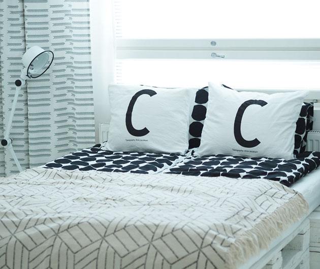 Uutta makuuhuoneessa, Design Letters Arne Jacobsen tyynyliinat