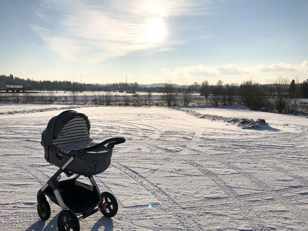 vaunulenkki lumisessa maisemassa