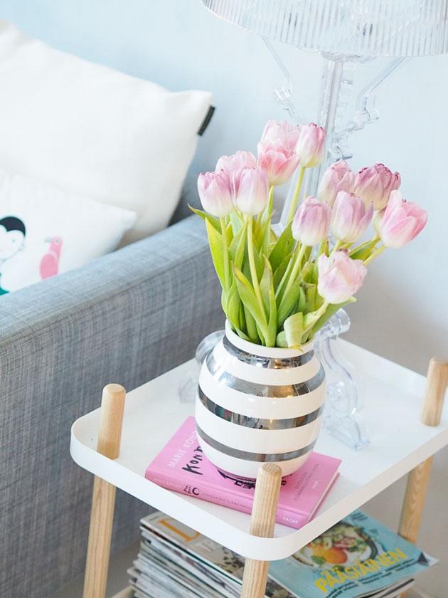 vaalean roosa ja harmaa olohuoneen sisustus
