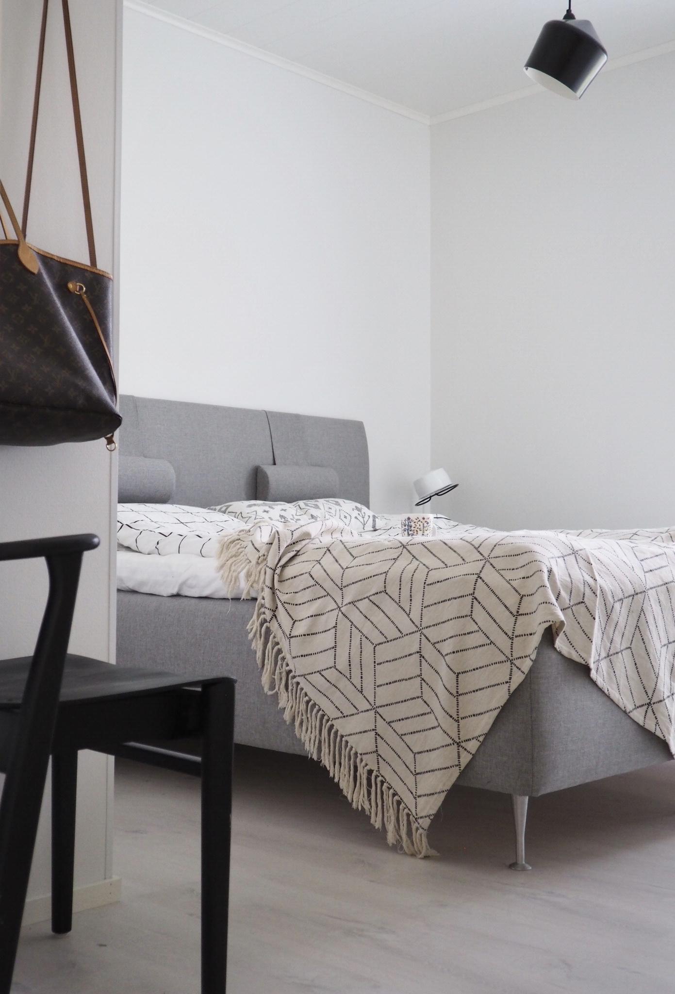 Makuuhuoneen sisustus ja uusi Iskun Unigold runkosänky