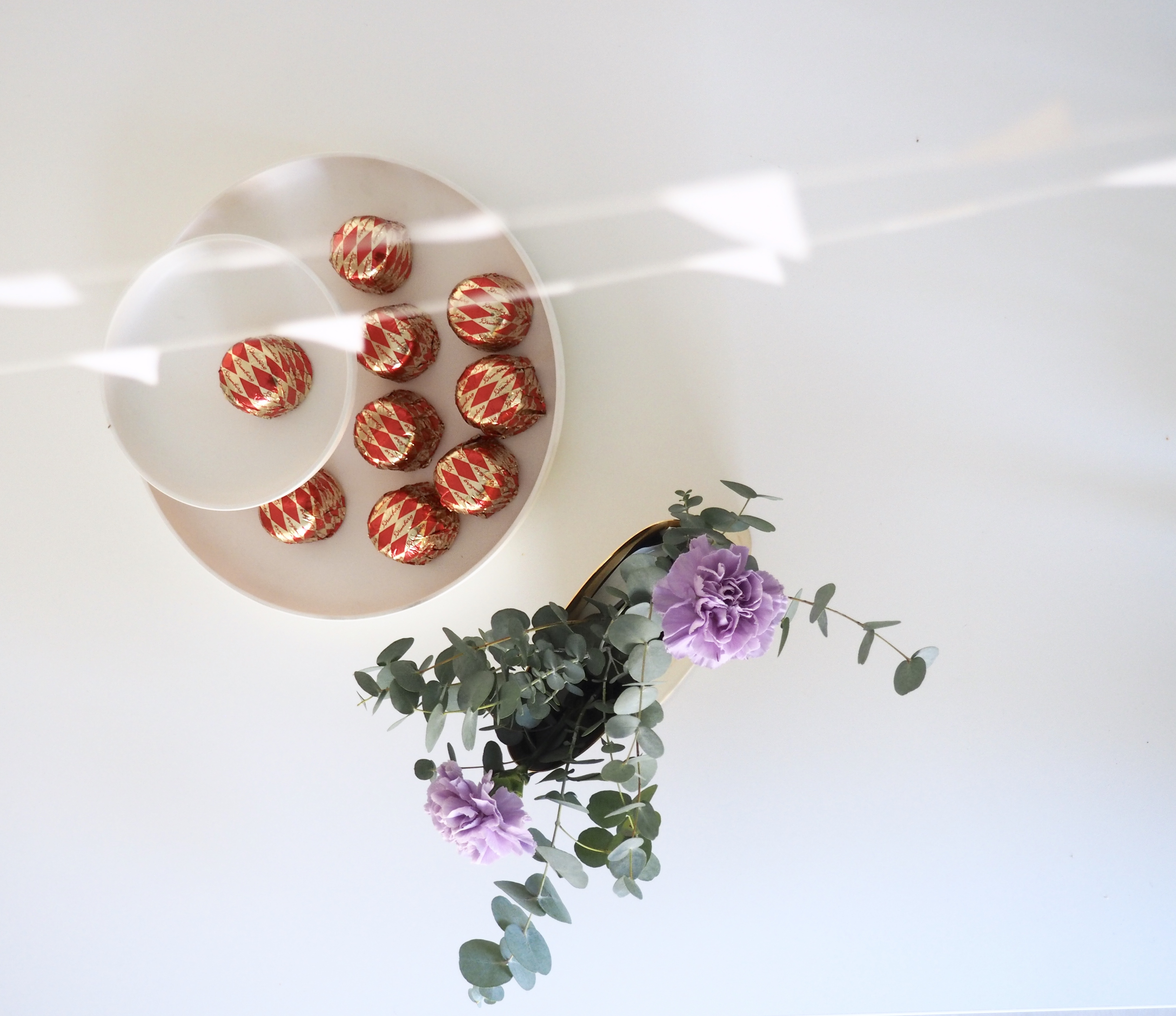 helppo kukka-asetelma eukalyptuksen oksista