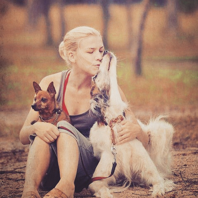 Minä ja elämäni koirat Kerttu kääpiöpinseri ja Irma borzoi.