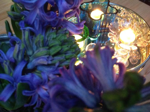 ulkona kukkia ja valot