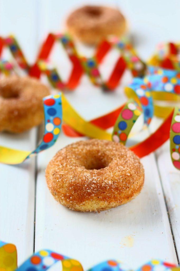 Gluteenittomat donitsit valmistetaan Suklaapossun maailman parhaat donitsit uunissa -ohjeella. Donitsit käyvät keliaakikollekin, kun vehnäjauhot korvaa gluteenittomalla jauhoseoksella.