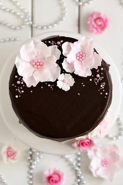 Suklaaganache kakun päällä