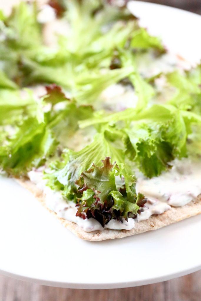 Salaatti rieskakakun sisällä tuo rakennetta