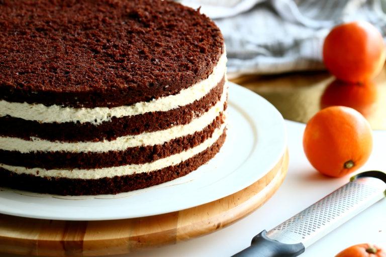 Raikas appelsiinimousse on herkullinen kakun välissä
