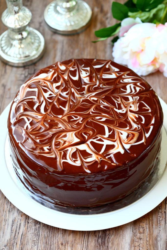 Marmoroitu suklaakakku