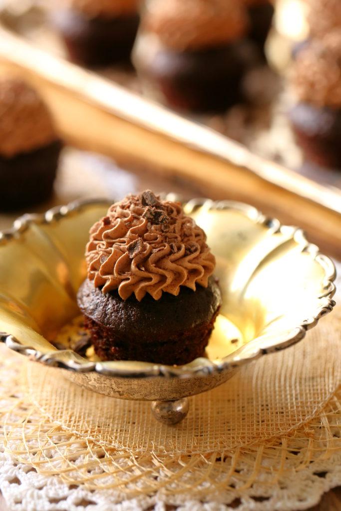 Kuohkeat munattomat ja maidottomat suklaamuffinssit