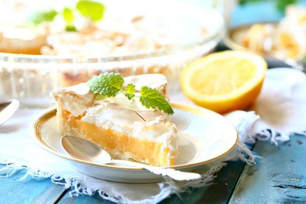 Sitruuna-marenkipiiras on makean kirpeä tarjottava