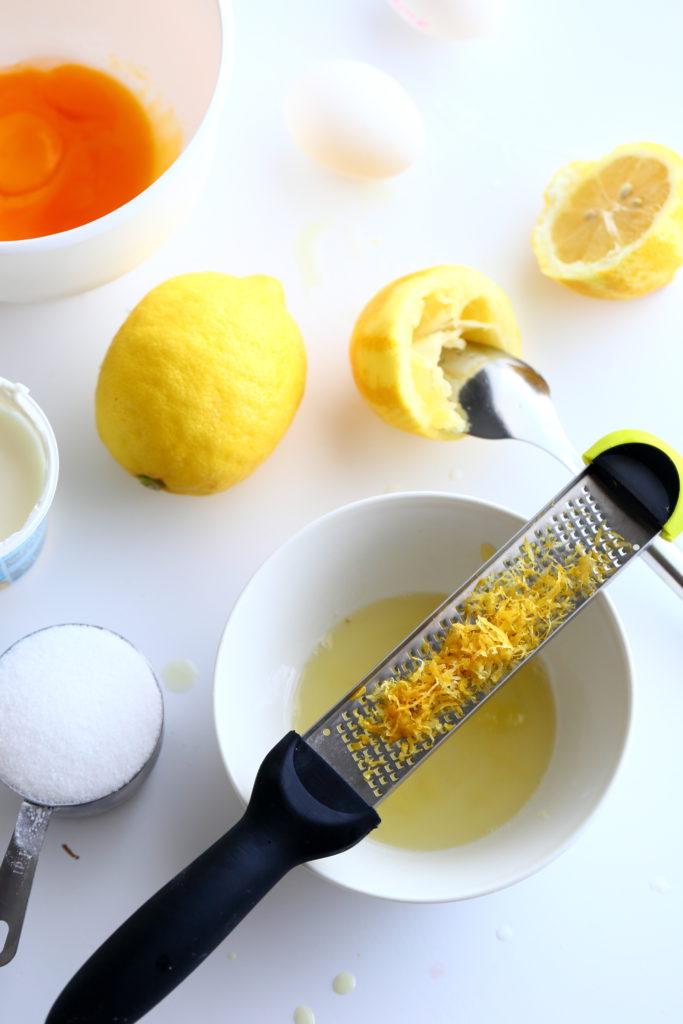 Pehmeä sitruunatäyte syntyy vähistä aineista
