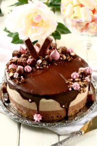 Kolmen suklaan juustokakku on liivatteeton juhlapöydän kakku