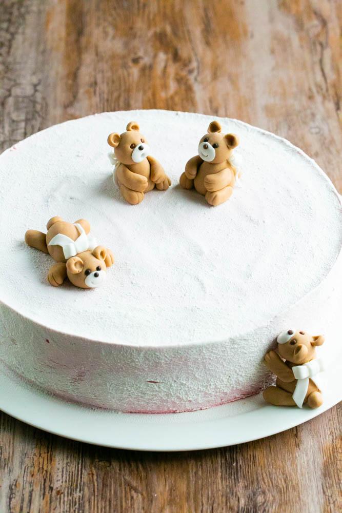 Valkoinen suklaaspray kakun päällä