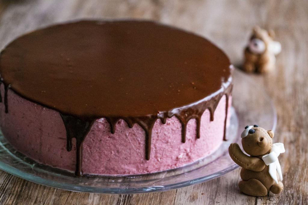 Valuva suklaaganache kakun päällä